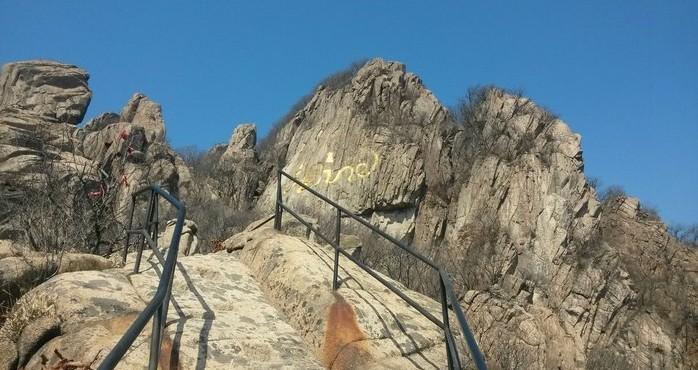 丹东五龙山风景区包括五龙山和五龙背温泉,位于丹东西北25公里的