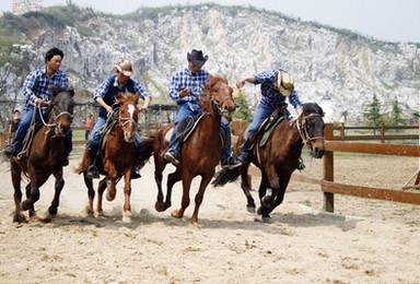 体验一把西部牛仔 做一回马背上的英雄 玩转牛仔风情度假村(1日行程)