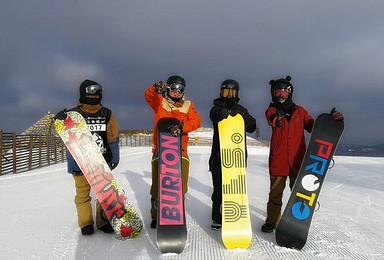 云佛山滑雪含高级道(1日行程)